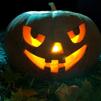 132530__halloween-pumpkin-halloween-night-candles-teeth-leaves_p